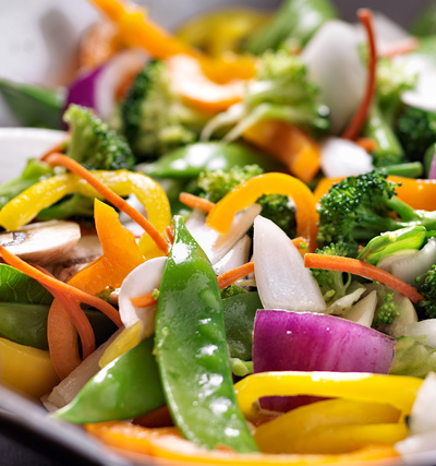 Pilt vokitud köögiviljadest herneste, punase sibula, paprika, brokoli ja porgandiga